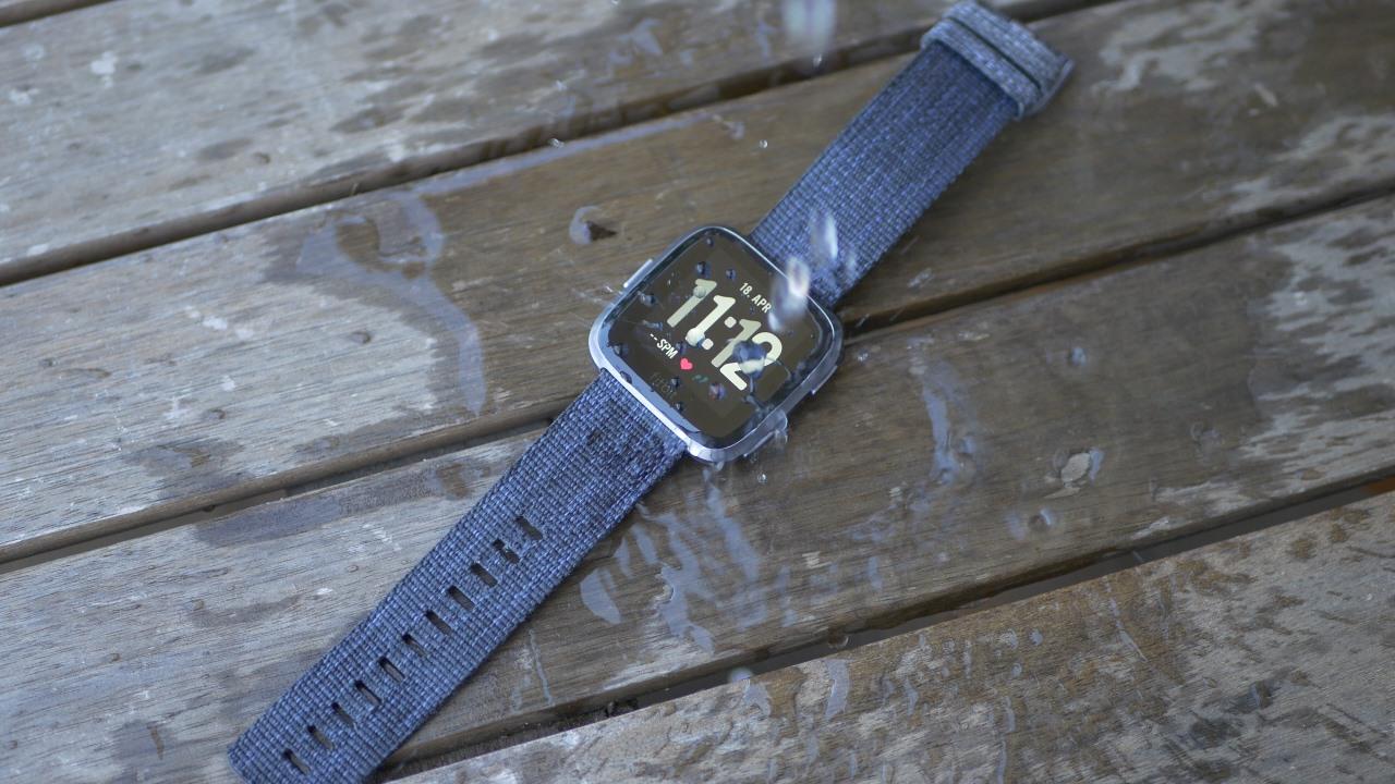 fitbit versa im test elegante smartwatch f r. Black Bedroom Furniture Sets. Home Design Ideas